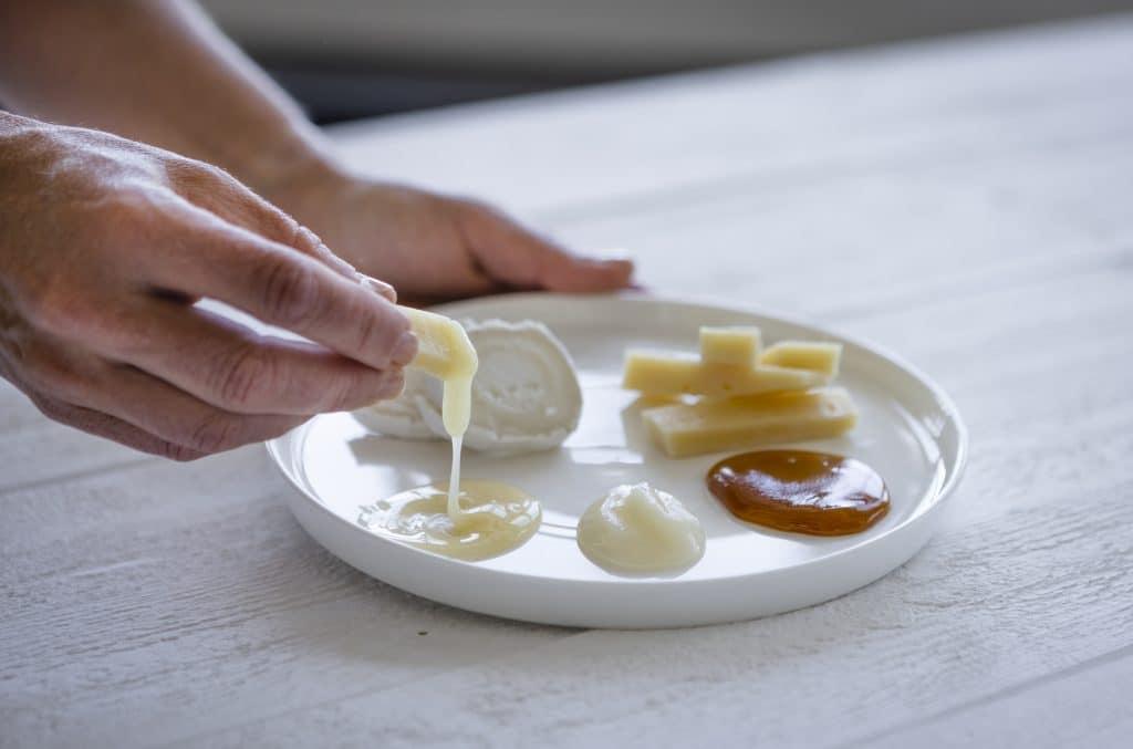 Gör din egen honungsprovning! Köp några olika sorters honung. Antingen från samma producent eller från olika. Testa och jämför, skriv ner vad ni tycker. Prova gärna till en bit ost för att se hur honungen fungerar med osten.