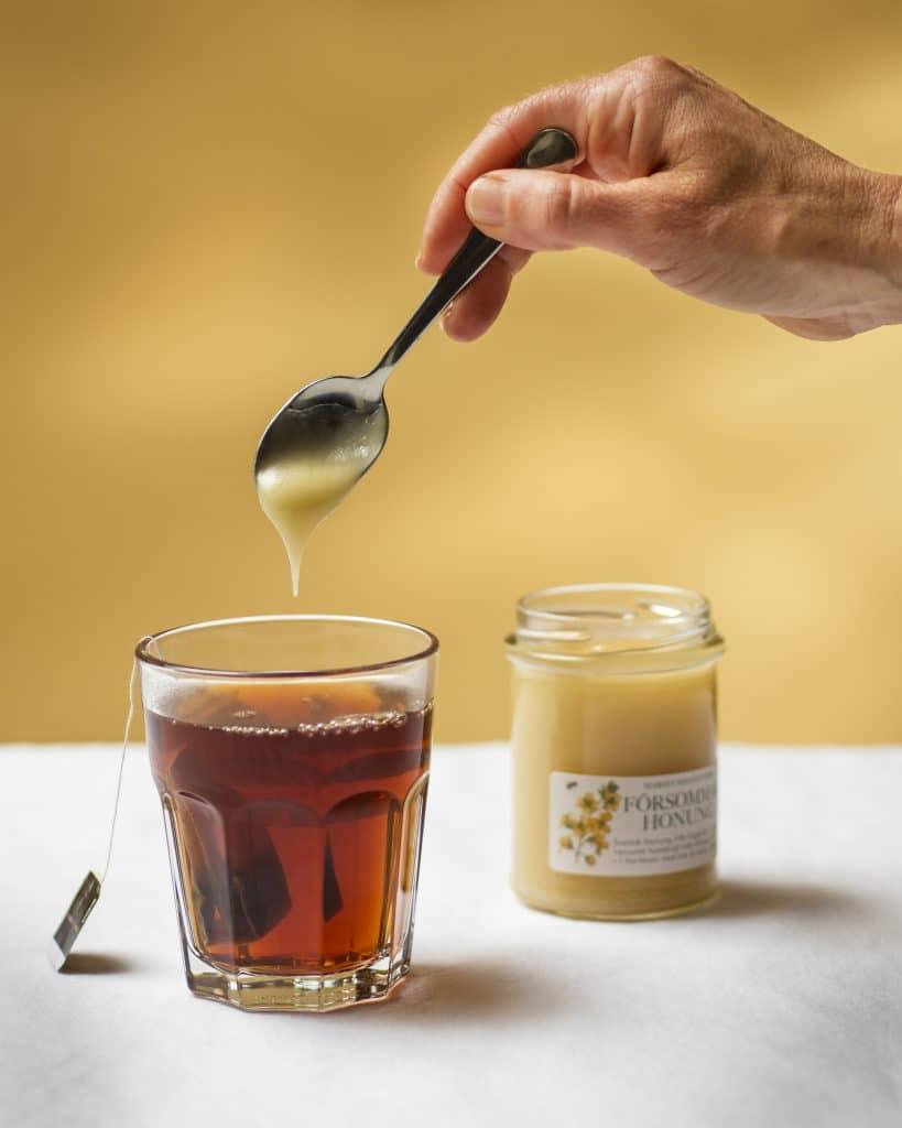Tänk på att låta teet svalna lite innan du tillsätter honungen om du vill bevara alla nyttigheter.