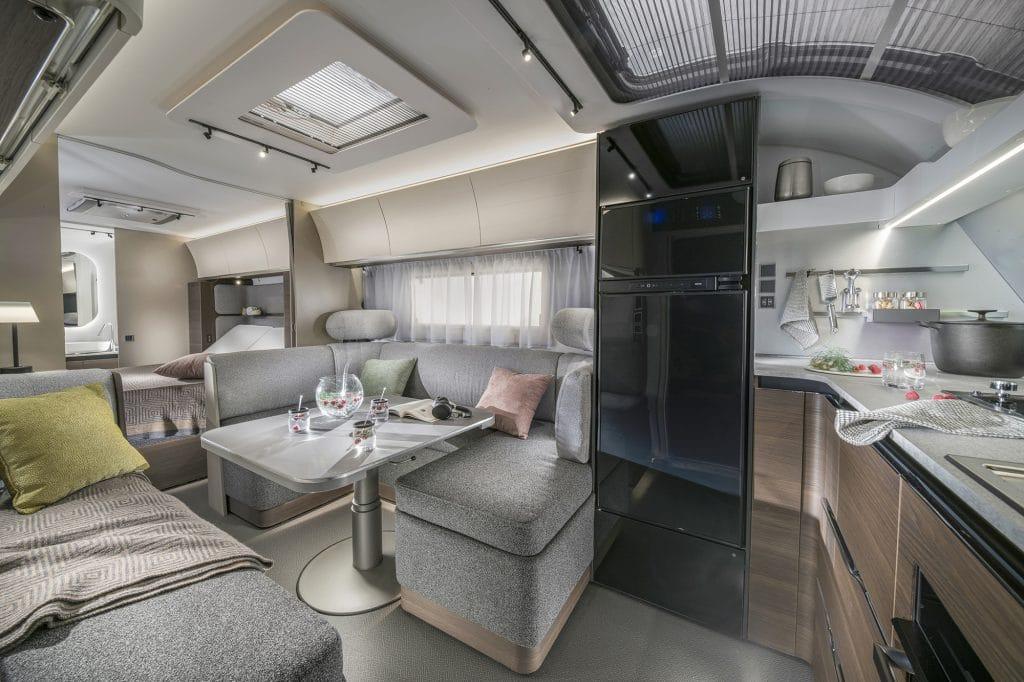 Interiört g er Alpina ett homogent intryck - de olika rummen i husvagnen smälter samman väl.