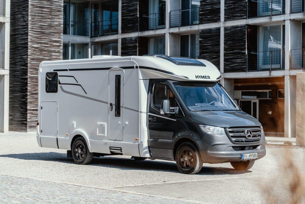 Hymer T-klass S 585 är 709 cm lång, byggd på Mercedes, med sänkt chassi-ram vilket ger plant golv.