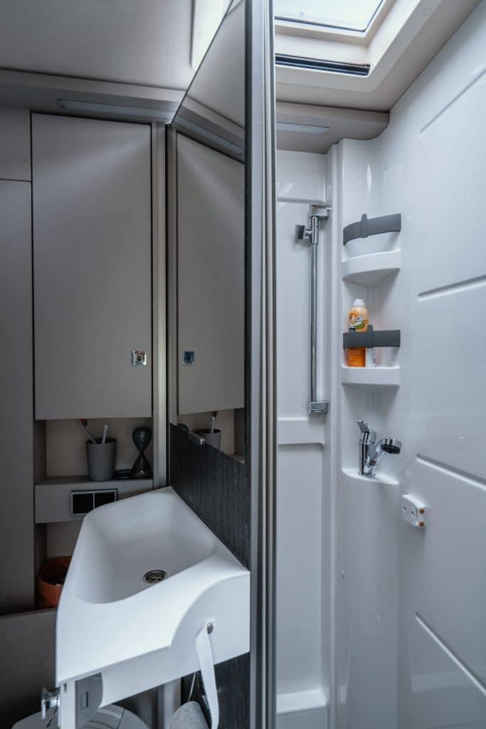 Vario-badrum med vridbar toalett och mellanvägg.
