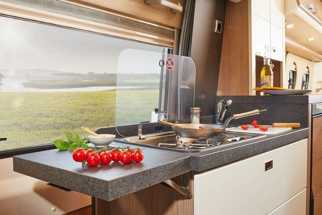 Laga mat med utsikt i en Charming GT Skyview.